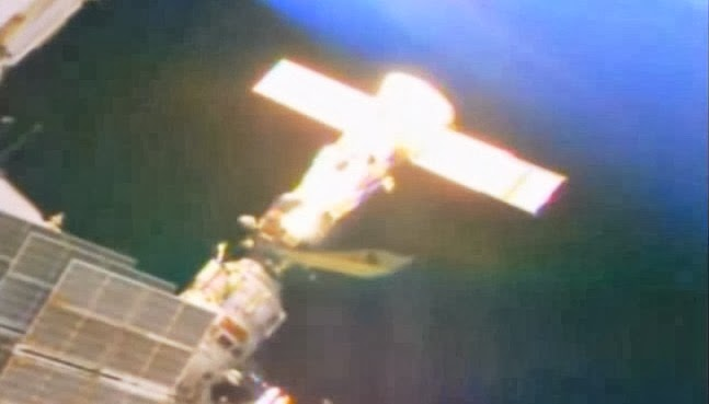 NASA Video : UFO Spaceship Docked At International Space Station