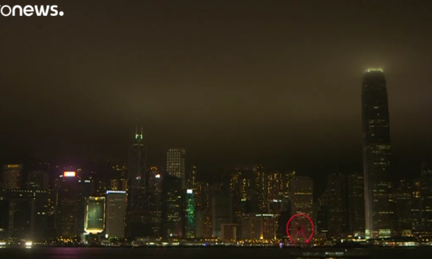 World landmarks switch the lights off to mark Earth Hour [VIDEO]